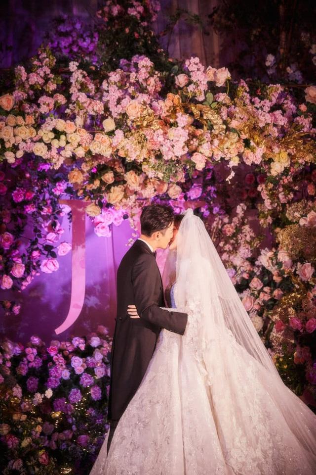 Cặp đôi khóa môi ngọt ngào trước ống kính. Họ đăng ký kết hôn vào ngày 28/10 vừa rồi và nhanh chóng chia sẻ tin vui này với người hâm mộ trên trang cá nhân.