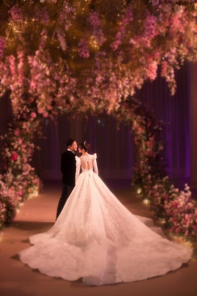 Bức ảnh cưới tuyệt đẹp khoe tấm lưng trần nuột nà và chiếc váy cưới hoàn hảo của Đường Yên.