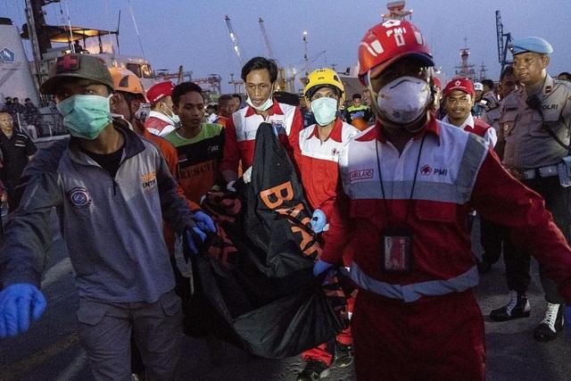 Một túi đựng thi thể nạn nhân vụ rơi máy bay.