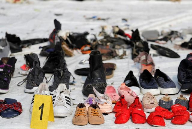 Các vật dụng cá nhân được cho là của các nạn nhân vụ rơi máy bay đã được đội cứu hộ đưa lên bờ.