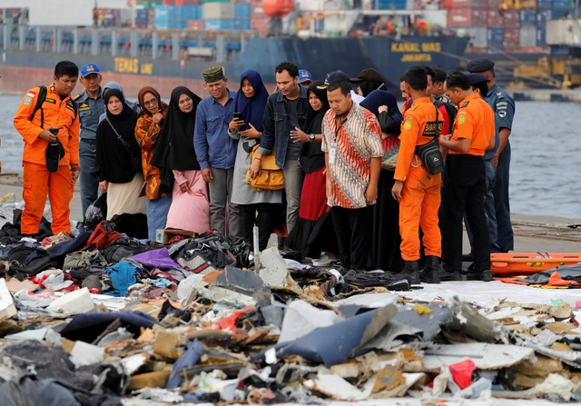 Các thi thể, mảnh vỡ máy bay và vật dụng được tập kết tại cảng Tanjung Priok ở Jakarta.