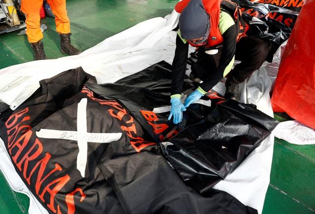 Đội cứu hộ chuẩn bị các túi đựng thi thể.