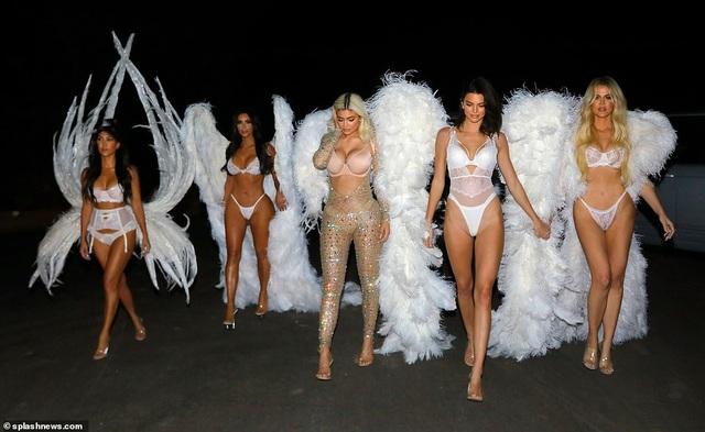 Kylie, Khloe, Kim, Kendall và Kourtney hóa trang thành thiên thần Victoria Secret trong tiệc Halloween tại Los Angeles, California,Mỹ ngày 31/10 vừa qua
