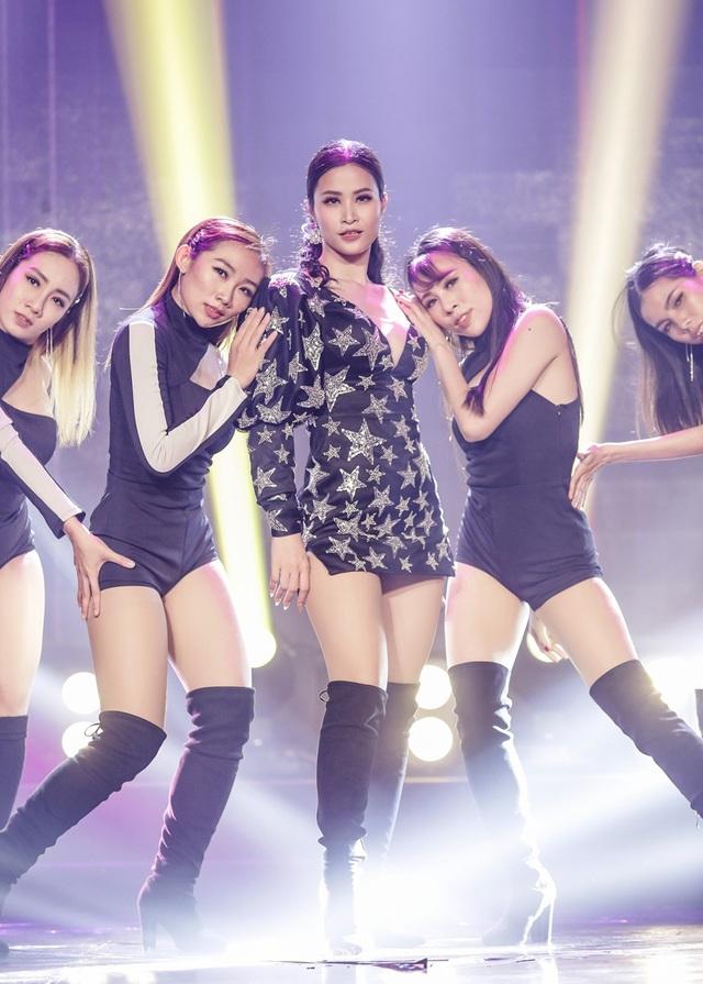 """Sau hơn một năm chuẩn bị, sự trở lại của Đông Nhi """"Xin lỗi anh quá phiền"""", một ca khúc mang hơi hướng Latin– Pop Dance do nhạc sĩ Đỗ Hiếu sáng tác với những động tác vũ đạo vô cùng gợi cảm."""