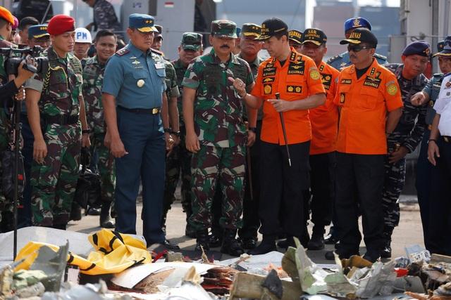 Tư lệnh Các lực lượng vũ trang Indonesia Hadi Tjahjanto (giữa) tới hiện trường vụ tìm kiếm máy bay.