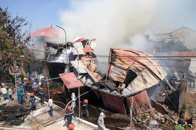 Đám cháy xuất phát từ một nhà xưởng làm gỗ trên địa bàn thôn Lũng Kênh, xã Đức Giang, huyện Hoài Đức, Hà Nội.