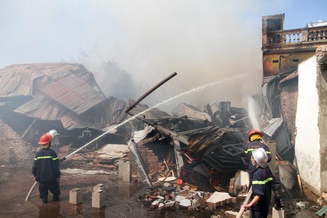 Hàng chục xe cứu hỏa được huy động để dập tắt đám cháy.