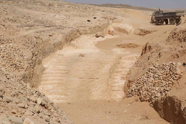 Đoạn dốc kì lạ gần mỏ đá Hatnub đang được các nhà khảo cổ học cho rằng có liên đới tới cách người Ai Cập cổ vận chuyển đá.