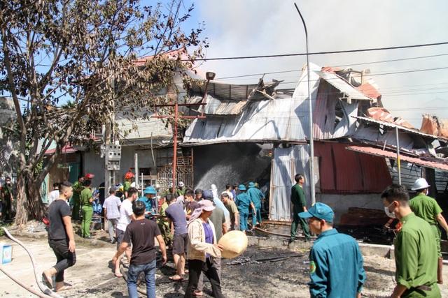 Hà Nội: Cháy lớn tại xưởng chế biến gỗ rộng 100m2 - 14
