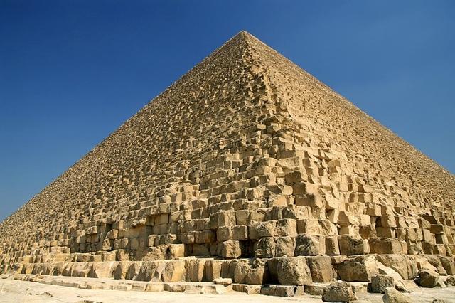 Làm thế nào để người Ai Cập cổ có thể vận chuyển các khối đá lớn lên hàng chục mét vẫn là một thách thức với loài người ở thế giới hiện đại.