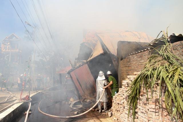 Người dân ở gần hiện trường cho biết, đám cháy được phát hiện vào khoảng 10h15  trong xưởng gỗ nhà ông Lê Thiên Đạt, lúc đó có khoảng 4 người trong xưởng.