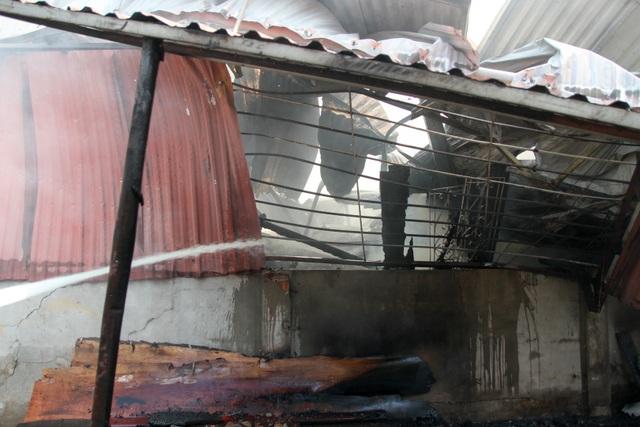 Nguyên nhân cháy được cho là do chập điện. Trong khi ông Đạt sửa điện, bất ngờ xảy ra sự cố chập gây cháy, trong xưởng có ba công nhân đang làm đã bỏ chạy ra ngoài , còn ông Đạt chạy ra sau bị bỏng nhẹ, một người dân cho hay.
