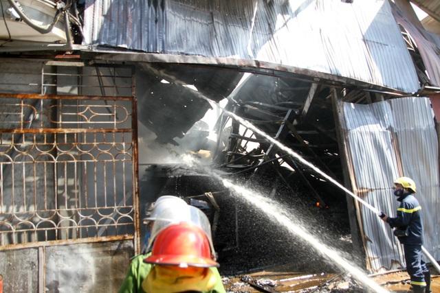 Hà Nội: Cháy lớn tại xưởng chế biến gỗ rộng 100m2 - 9