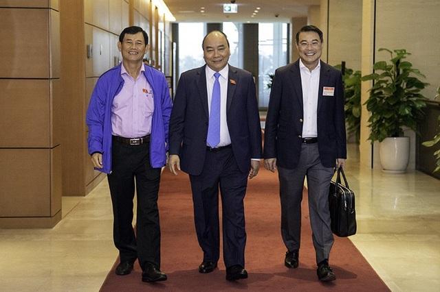 Thủ tướng Nguyễn Xuân Phúc và các đại biểu bên hành lang Quốc hội trước khi đăng đàn trả lời chất vấn