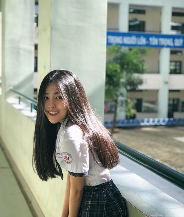 Hải Nhi được cộng đồng mạng biết đến sau khi những hình ảnh của cô bạn giành giải Nhì cuộc thi Nét đẹp học đường do trường tổ chức được chia sẻ trên mạng, nhận được nhiều sự quan tâm.