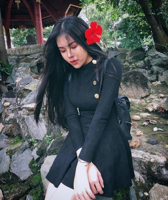10x được nhận xét sở hữu vóc dáng ấn tượng với chiều cao 1m71, số đo 3 vòng 91-64-96 cùng gương mặt xinh xắn, mái tóc đen dài duyên dáng, đặc biệt là khi mặc áo dài trắng.
