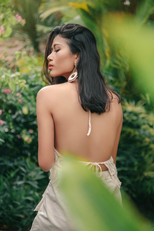 Người đẹp khoe bờ vai trần ngọc ngà trong nắng Bali.