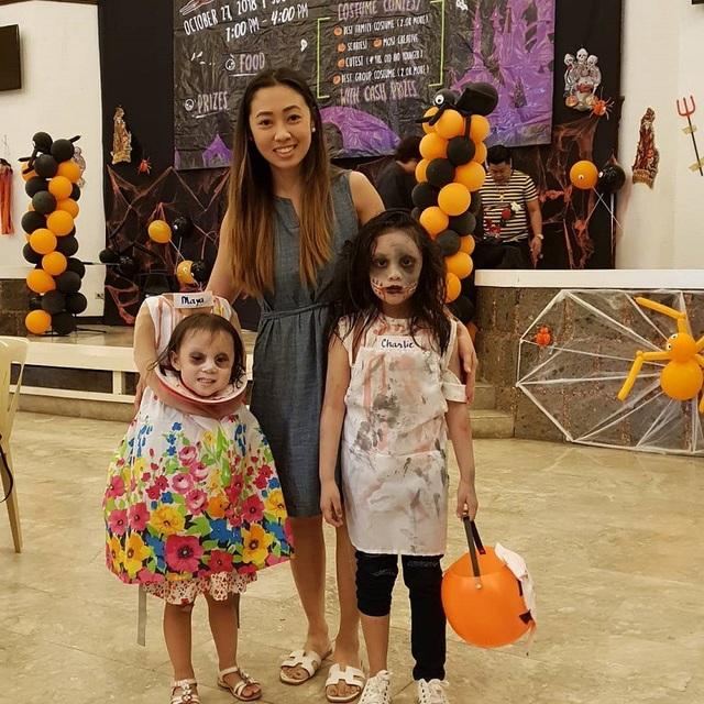 Hai chị em Maya và Charlie cùng người mẹ Krystal Hwang, người đã sáng tạo ra hai bộ trang phục Halloween cực ấn tượng cho con mình