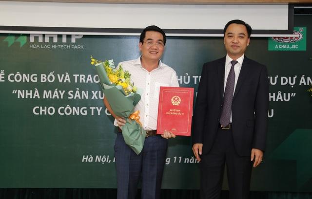 Lãnh đạo Ban Quản lý khu CNC Hòa Lạc trao Chứng nhận đầu tư cho Công ty Á Châu.