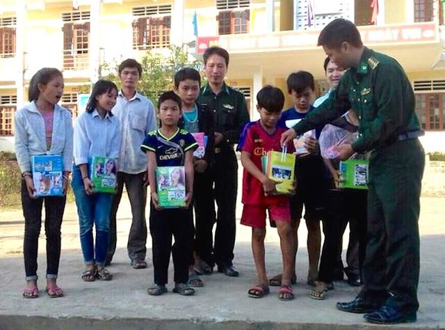 Đồn BP Châu Khê tặng đồ dùng học tập hỗ trợ các em học sinh yên tâm học tập.