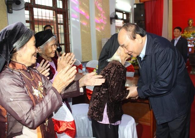 Bà con nhân dân xã Ninh Sơn, huyện Việt Yên (Bắc Giang) vui mừng và phấn khởi đón Thủ tướng Nguyễn Xuân Phúc.