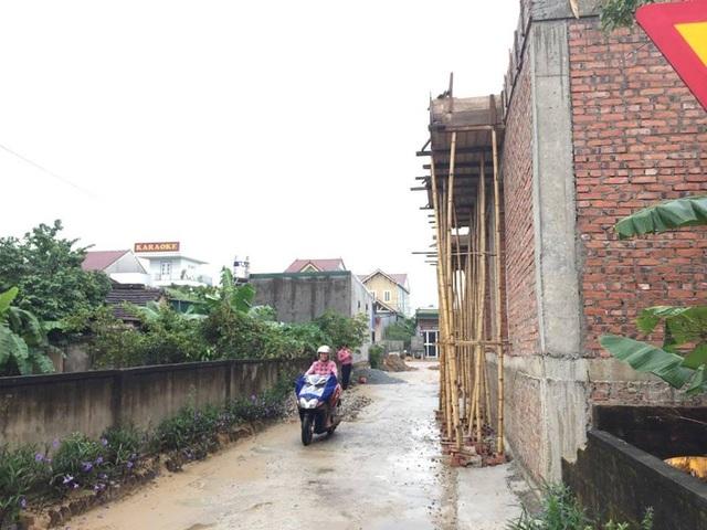 Một phần căn nhà đang xây dựng của Bí thư Đảng ủy xã Cổ Đạm trùm lên đường đi của dân