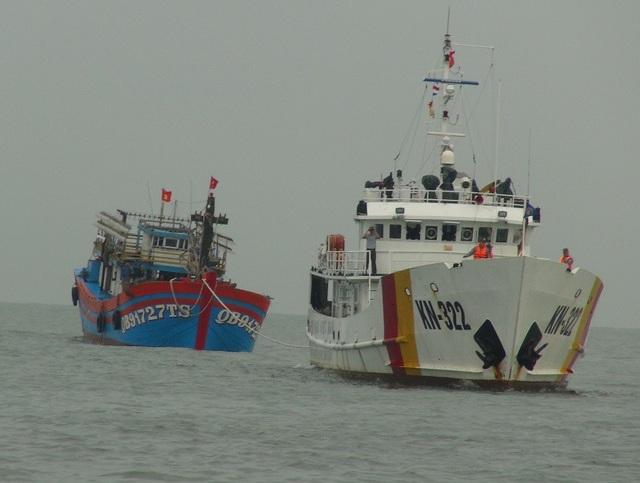Thực hiện công tác lai, dắt tàu cá gặp nạn