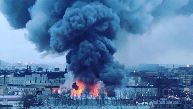 Theo RT, lửa đã bùng phát từ một siêu thị thuộc trung tâm thương mại Lenta ở thành phố St. Petersburg vào khoảng 8 giờ sáng ngày 10/11 giờ địa phương.