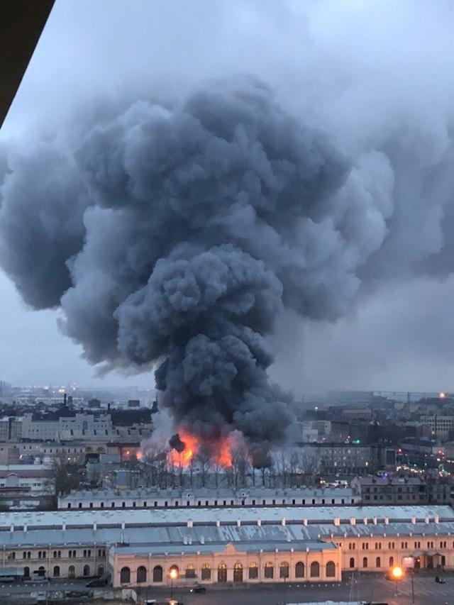 Đám cháy đã nhanh chóng lan ra toàn bộ trung tâm thương mại. Ước tính, lửa đã bao trùm khu vực rộng khoảng 5.000m2.
