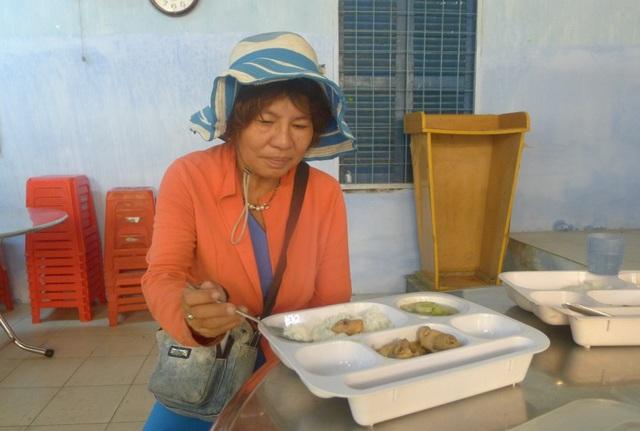 Chị Tăng Mai Hiền bị tai biến, đi lại khó khăn nhưng cũng bị giật 147 tờ vé số