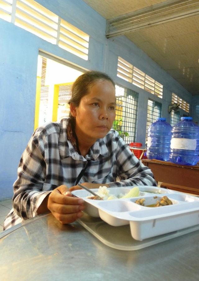 Chị Thạch Thị Tha Phết trầm tư nhớ lại việc bị giật 30 tờ vé số cách đây vài ngày