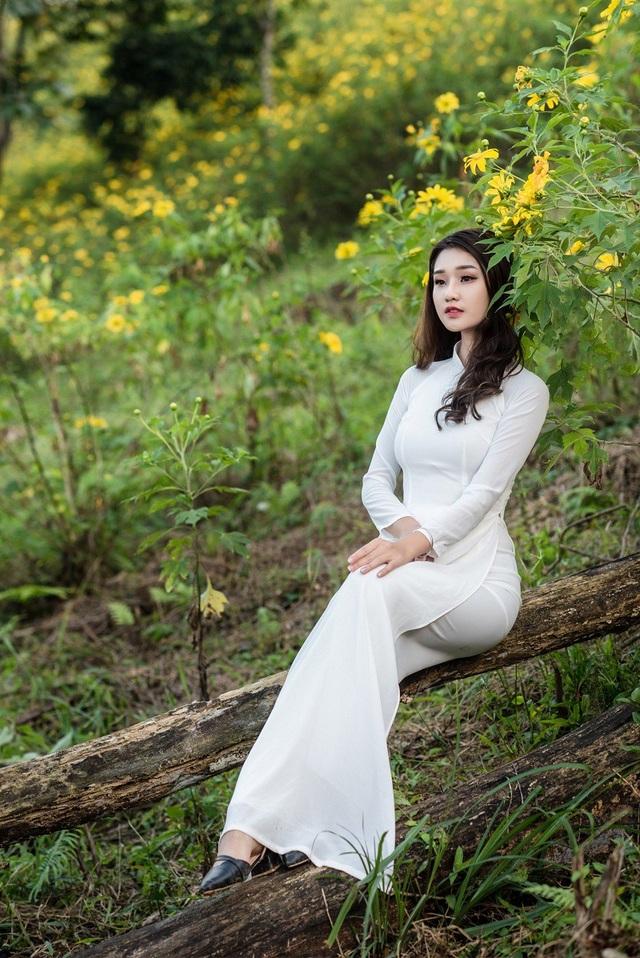 Là một cô gái yêu thích chụp ảnh và cũng đang là một mẫu ảnh tự do tại Hà Nội, Huyền Trang đã quyết định thực hiện bộ ảnh áo dài trắng bên hoa dã quỳ đầu mùa.