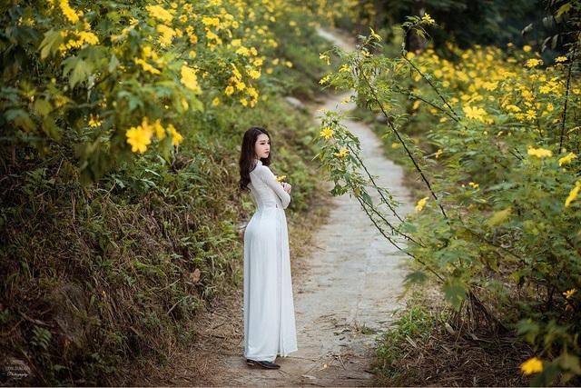 """""""Đây là lần đầu tiên mình chụp ảnh với hoa dã quỳ nên rất hào hứng. Buổi chụp hình trời nắng nhưng đường vào rất mát, không khí rất dễ chịu. Vào đến rừng hoa thì thật sự rất bất ngờ vì cái đẹp, cái rực rỡ của rừng hoa dã quỳ"""", Huyền Trang chia sẻ."""