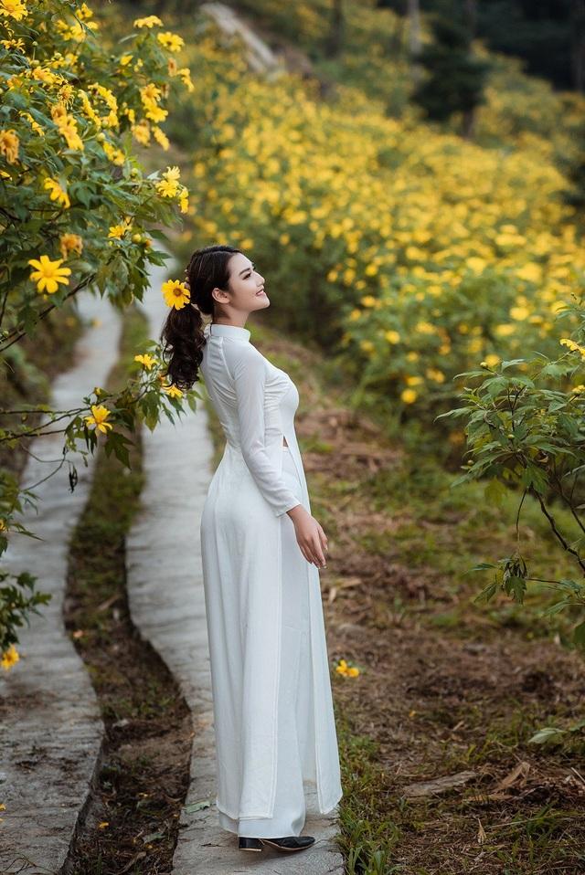 Sở hữu chiều cao 1m70, số đo ba vòng khá chuẩn 84-62-92, thiếu nữ đất Cố đô tự tin khoe sắc bên loài hoa của núi rừng đất thánh Tản.