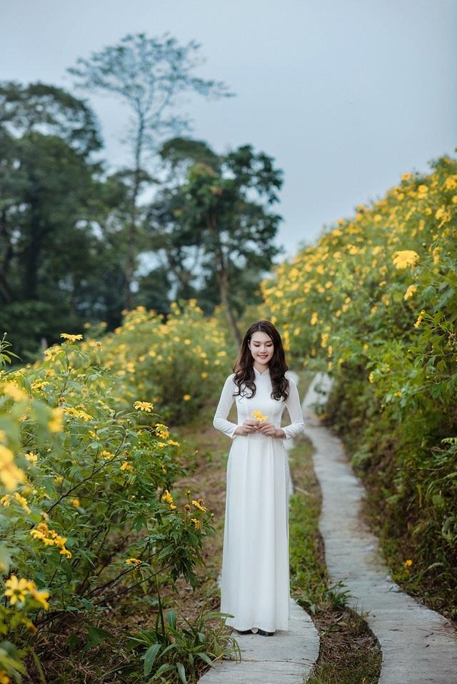 Nhiếp ảnh Lương Trung Kiên là người giúp Huyền Trang lưu lại những khoảnh khắc đẹp bên rừng hoa dã quỳ.
