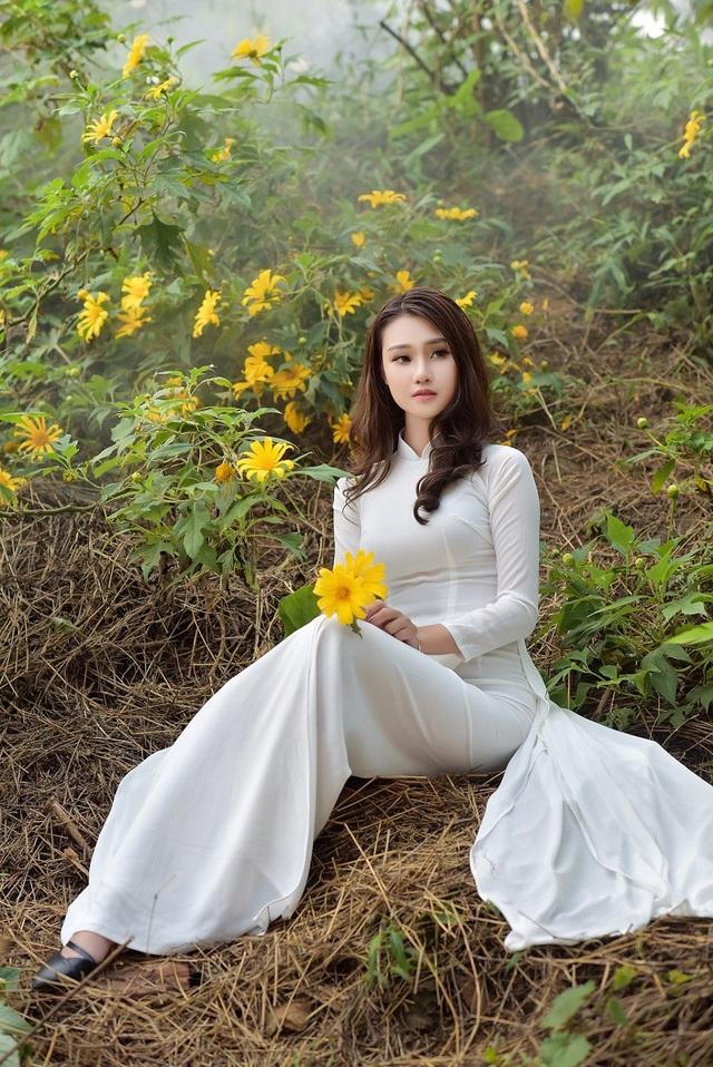 Thiếu nữ đất Cố đô khoe sắc bên hoa dã quỳ đầu mùa - 10