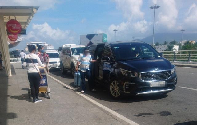 Xe ô tô hoạt động tấp nập đón trả khách ở sân bay Đà Nẵng.