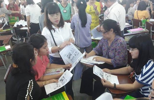 Quản lý, giáo viên tiểu học ở TPHCM làm việc nhóm trong buổi tập huấn