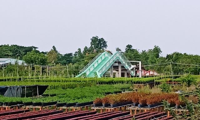 Tại Làng hoa được đầu tư thêm nhiều công trình phục vụ khách tham quan, thỏa sức ngắm hoa và chụp hình lưu niệm