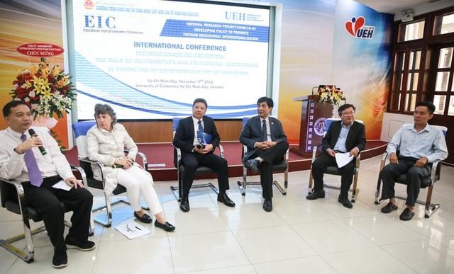Các chuyên gia giáo dục đến từ nhiều nước cùng thảo luận về các thách thức tồn tại trong quản lý giáo dục trong nước và quốc tế