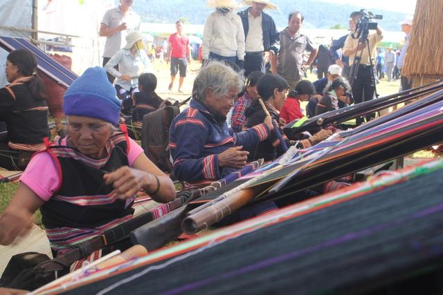Các nghệ nhân người Banar, Jrai đang say sưa bên khung diệt thổ cẩm