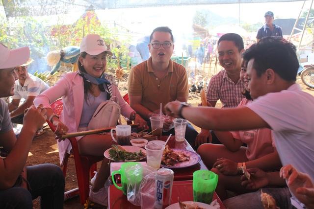 Du khách thích thú khi được trải nghiệm không gian văn hóa và ẩm thực trong dịp lễ hội