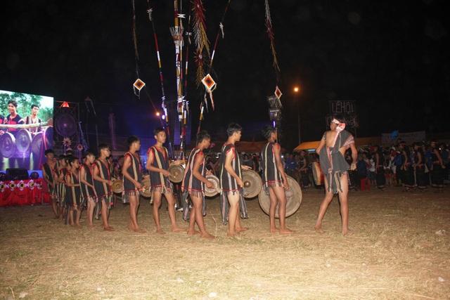 Đến với lễ hội, du khách còn say men rượu cần và hòa vào nhịp cồng chiêng của người bản địa