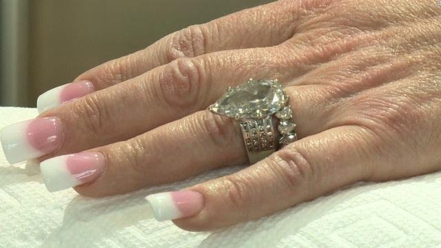 Hai chiếc nhẫn kim cương trị giá hơn 600 triệu đồng của Rachel bị vứt vào sọt rác.