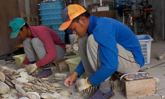 Mohammad (phải) và Munadi là hai lao động nước ngoài tại Nhật Bản. (Ảnh: Guardian)