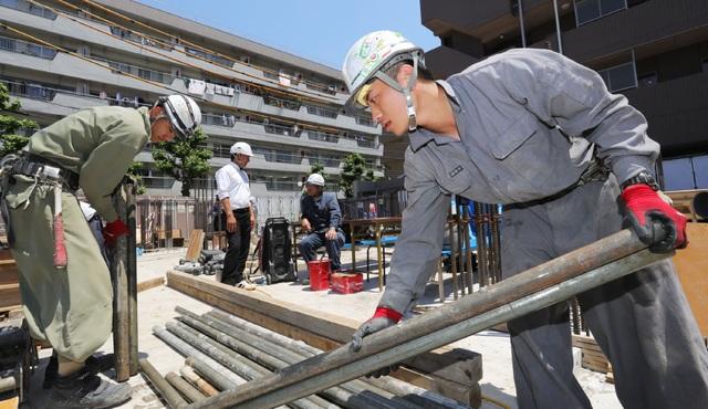 Các thực tập sinh nước ngoài làm việc tại công trường xây dựng ở Tokyo. (Ảnh: Nikkei)