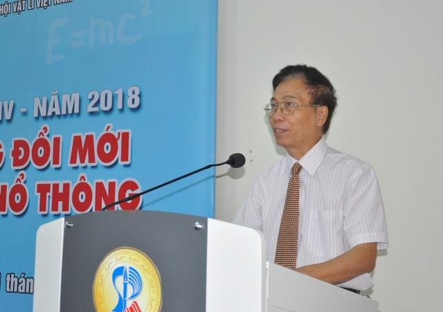 PGS.TSKH, Nhà giáo nhân dân Nguyễn Thế Khôi - Chủ tịch Hội Giảng dạy Vật lý Việt Nam phát biểu tại hội nghị.