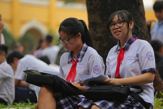 Thí sinh dự kỳ thi lớp 10 tại TPHCM năm 2018 ôn bài trước khi bước vào môn thi tiếng Anh. (Ảnh: Hoàng Triều)