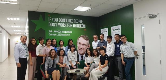 Các thực tập sinh quản lý năm 2018 của HEINEKEN Việt Nam trong ngày đầu làm việc và được đón chào bởi Tổng giám đốc điều hành Leo Evers và Giám đốc Nhân sự cấp cao Lê Quí Đôn.