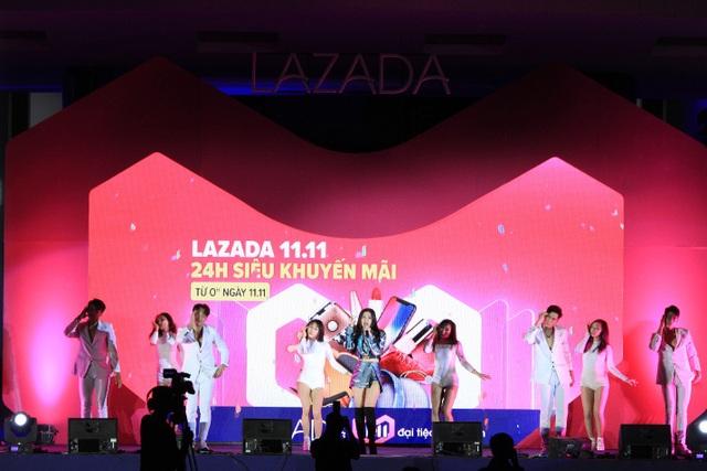 Đông Nhi biểu diễn hit mới, khuấy động không khí náo nhiệt trên sân khấu.